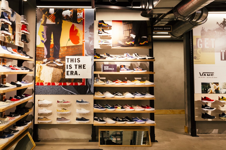 tin thời trang bên trong cửa hàng vans tại los angeles