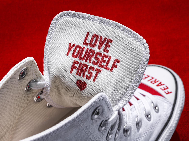 converse love fearlessly thông điệp love yourself first trên lưỡi giày