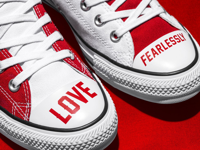 converse love fearlessly thông điệp trên mũi giày