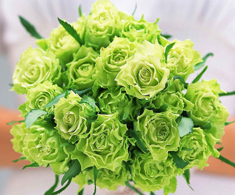 hoa cưới kết từ hoa hồng màu xanh lá