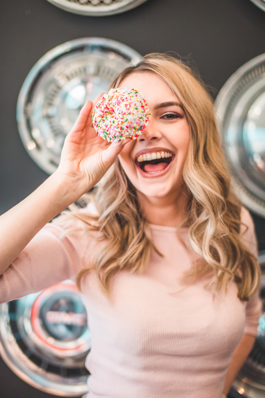 cô gái cầm bánh donut