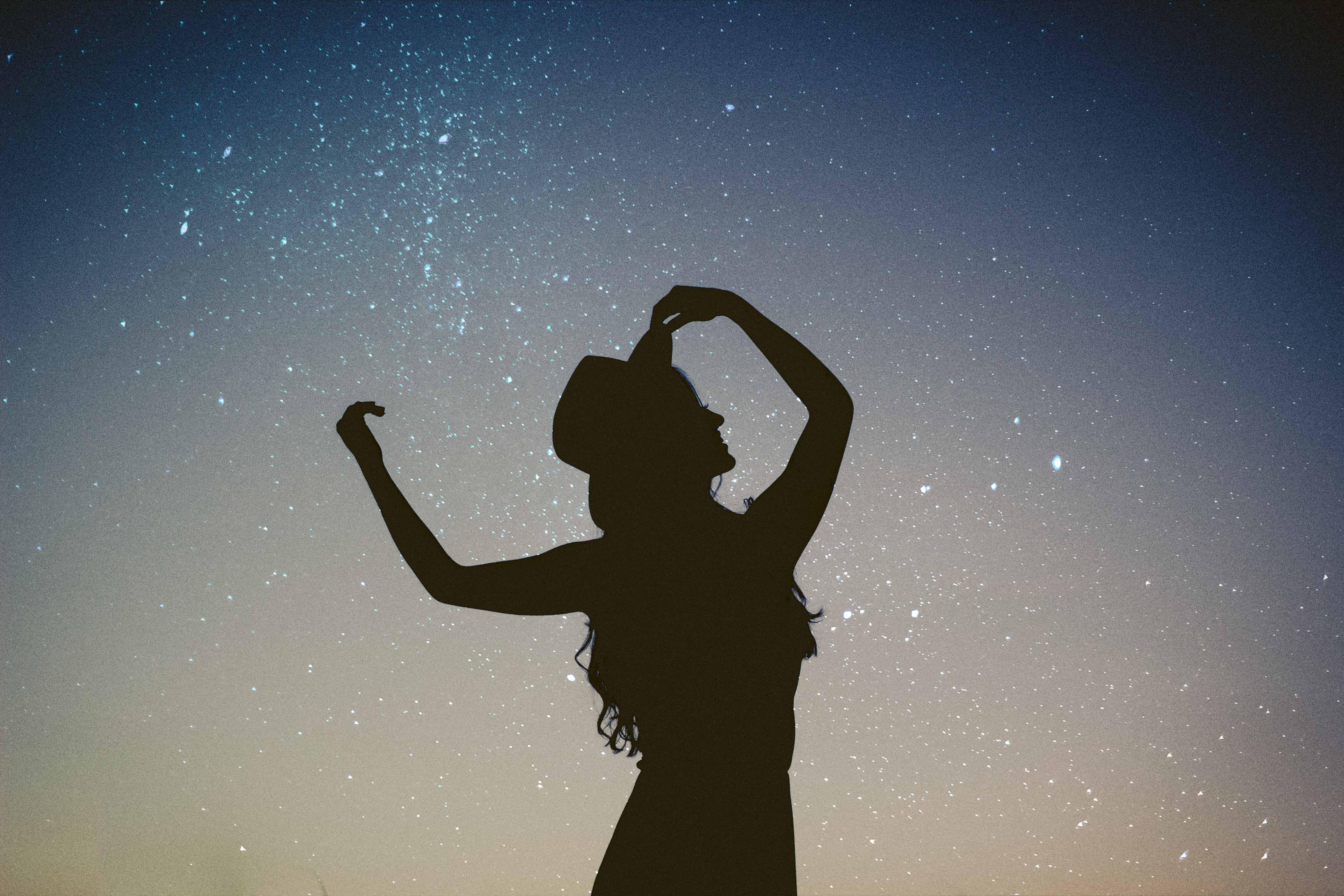 chiêm tinh học cô gái nhảy múa dưới trời sao