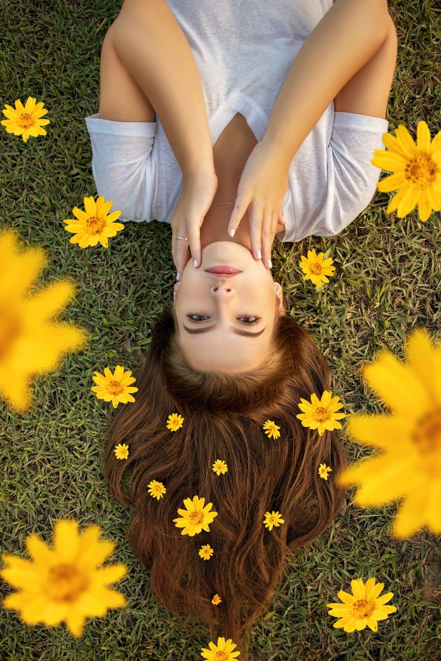 Dưỡng tóc-Cô gái đính hoa trên tóc.