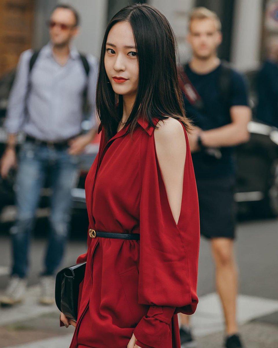 Nàng Bò Cạp Krystal Jung ấn tượng với đầm đỏ rượu khoét vai