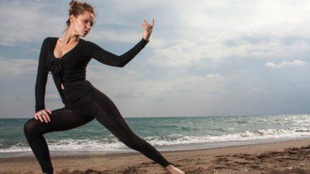 """Những động tác yoga giúp bạn chiến đấu với """"mùa dâu"""""""