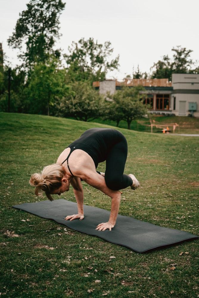 Những động tác yoga cần tránh trong ngày đèn đỏ.
