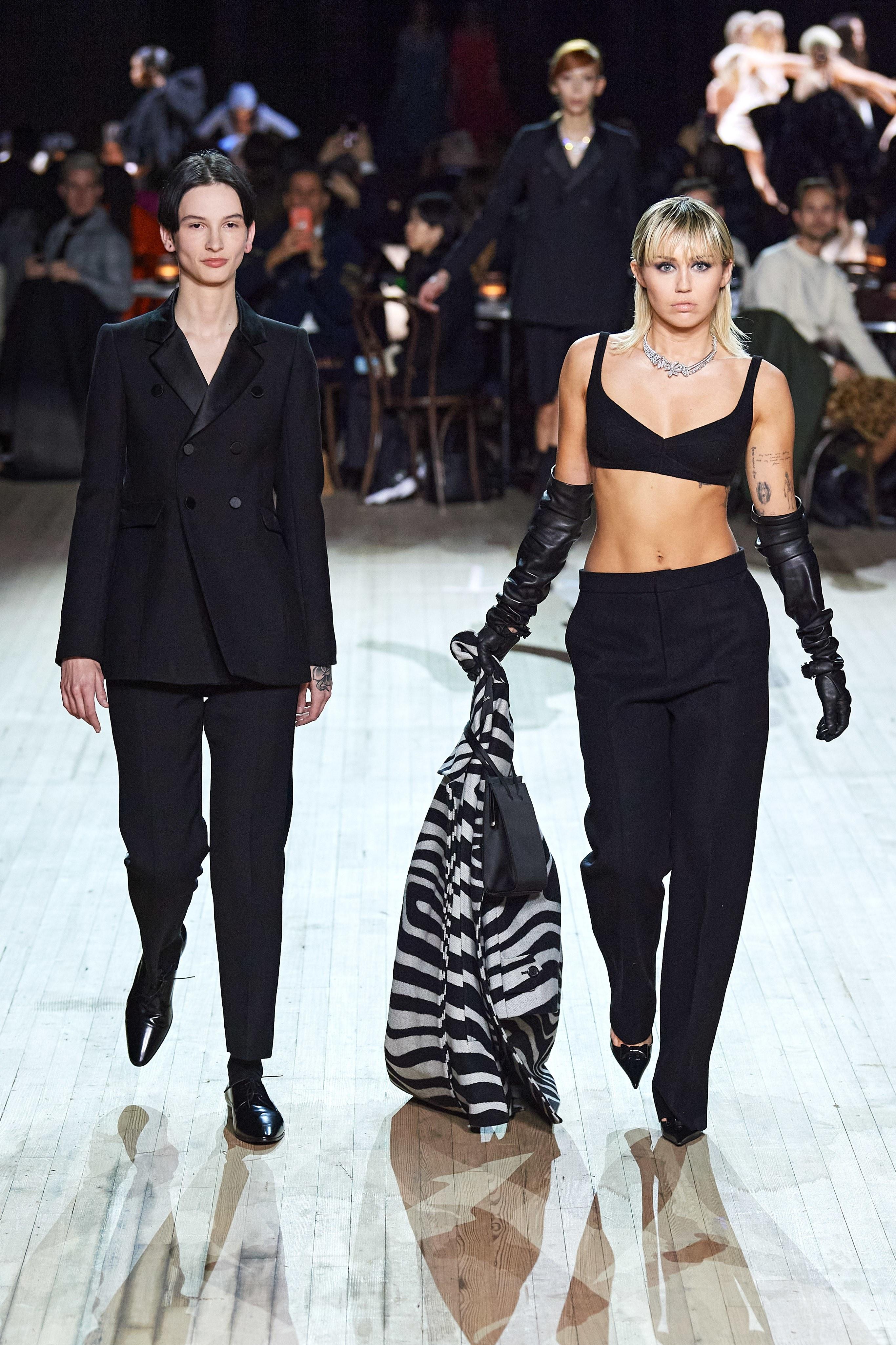 tin thời trang miley cyrus trên sân khấu marc jacobs thu đông 2020