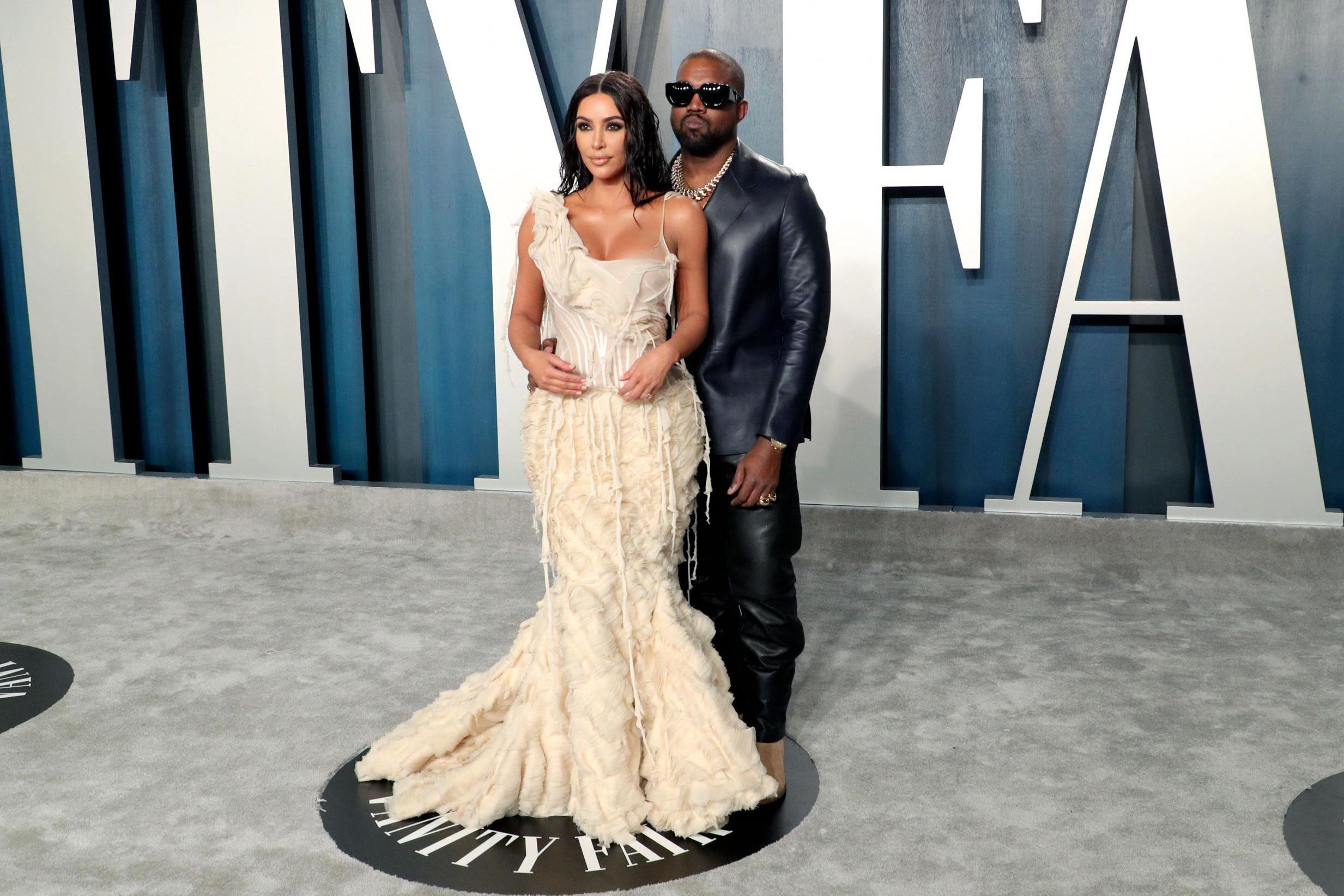 Kim Kardashian West cùng chồng trên thảm đỏ Vanity Fair 2020