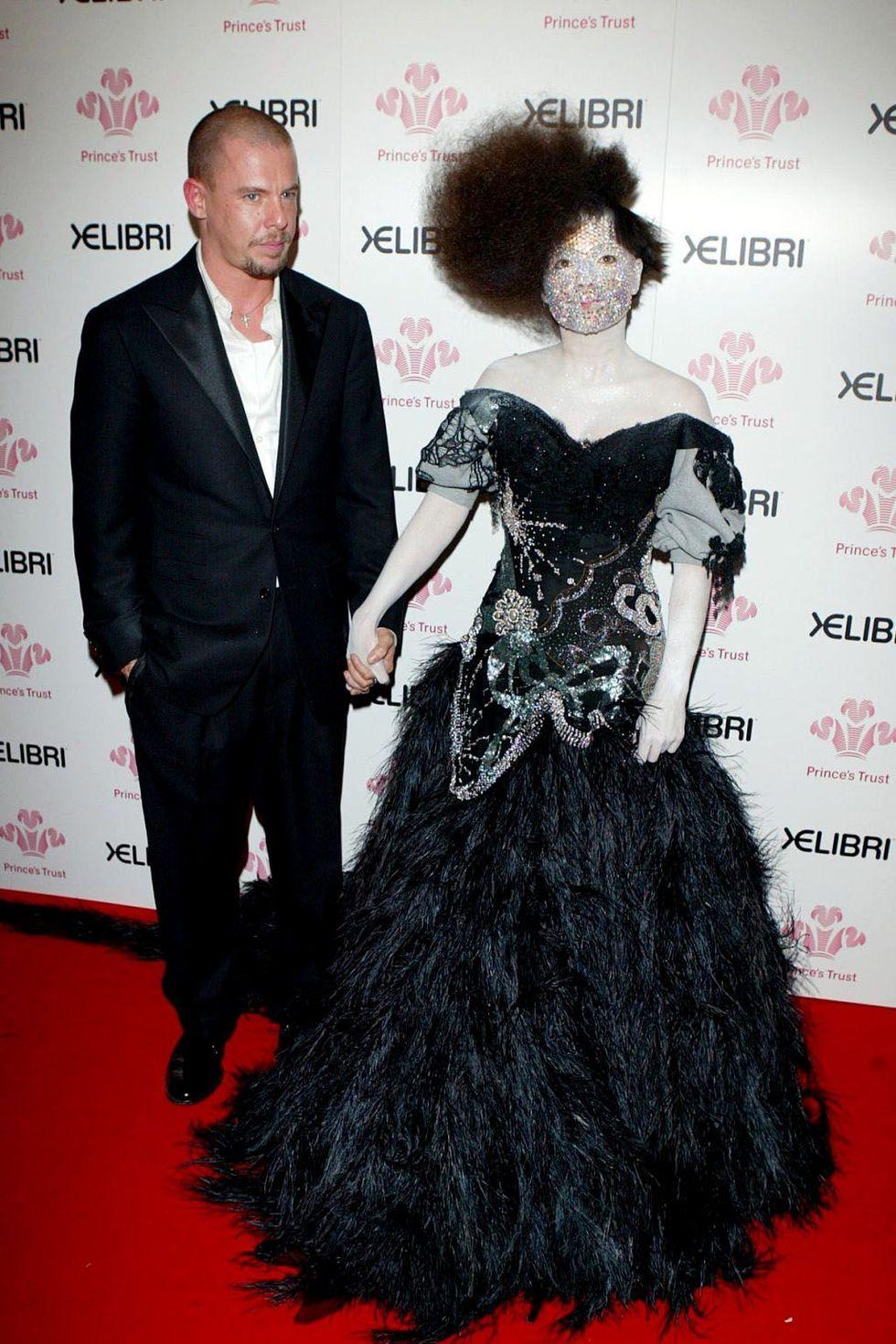 McQueen và ca sĩ người Iceland Björk
