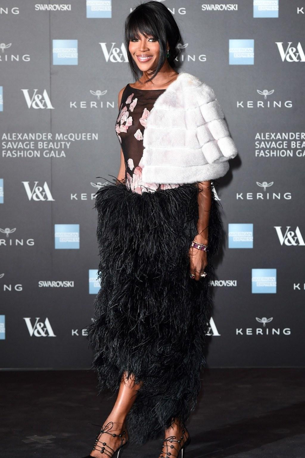 Naomi Campbell mặc trang phục của NTK Alexander McQueen tại triển lãm Savage Beauty
