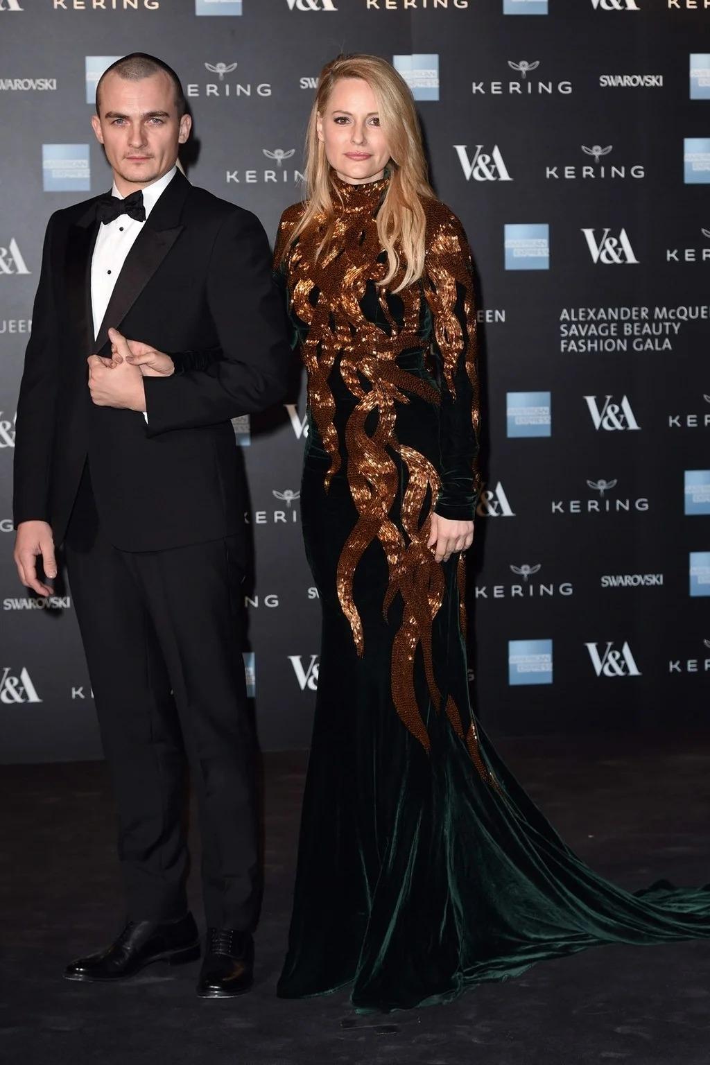Rupert Friend và Aimee Mullins đều mặc trang phục của Alexander McQueen tại buổi triển lãm