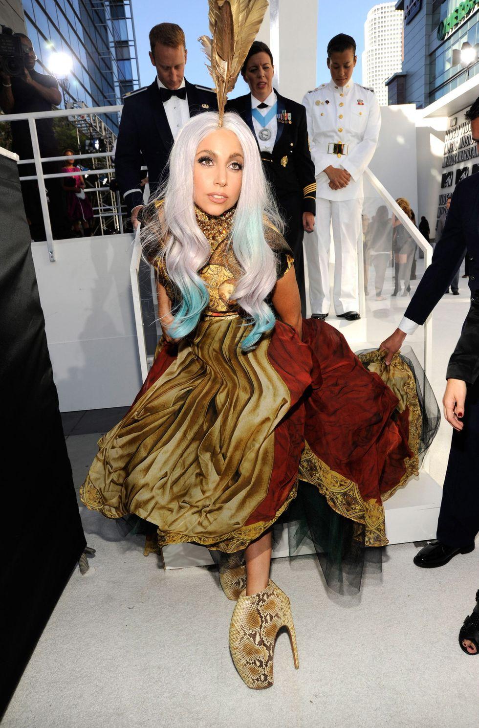 Lady Gaga với đầm dạ hội và giày cao gót của Alexander McQueen