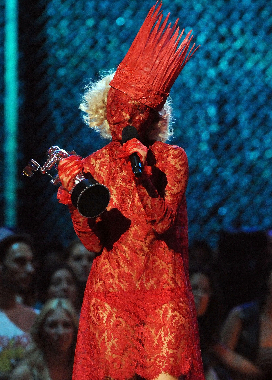 Lady Gaga trong một thiết kế có phần đáng sợ từ BST Joan of Arc