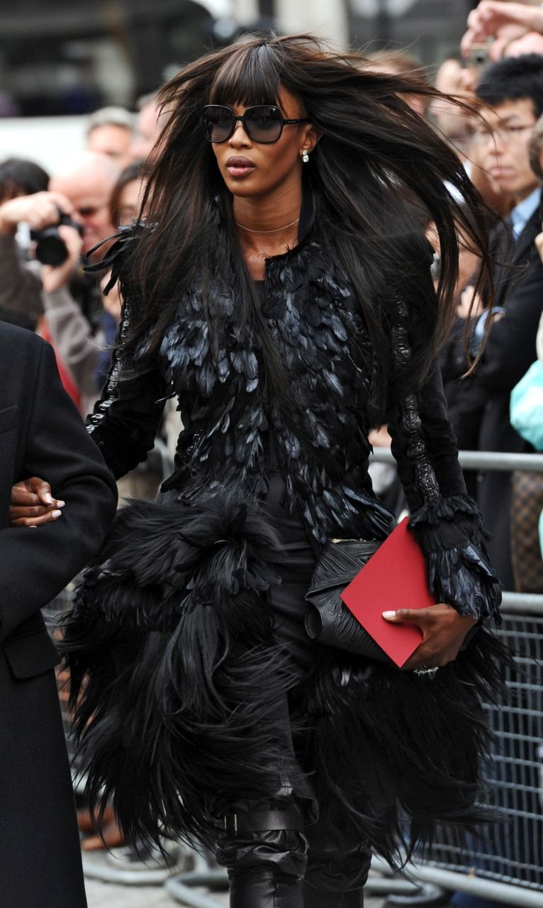 Naomi Campbell trong chiếc đầm lông vũ màu đen tại lễ tưởng niệm của McQueen