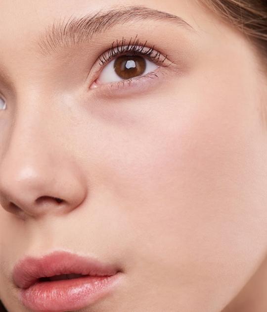 Vào mùa Xuân, bạn nên dùng những loại kem dưỡng da có kết cấu nhẹ và mỏng để không làm bít tắc lỗ chân lông. Ảnh: Pexels.