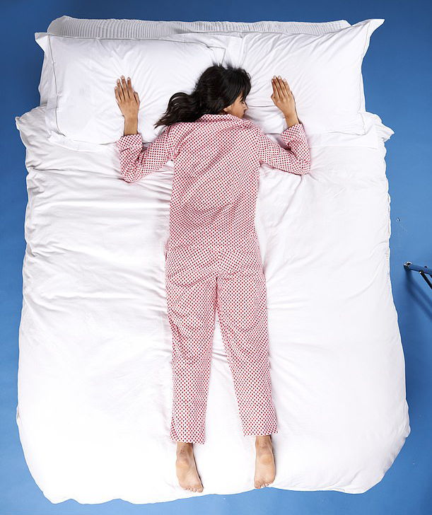 tư thế ngủ rơi tự do