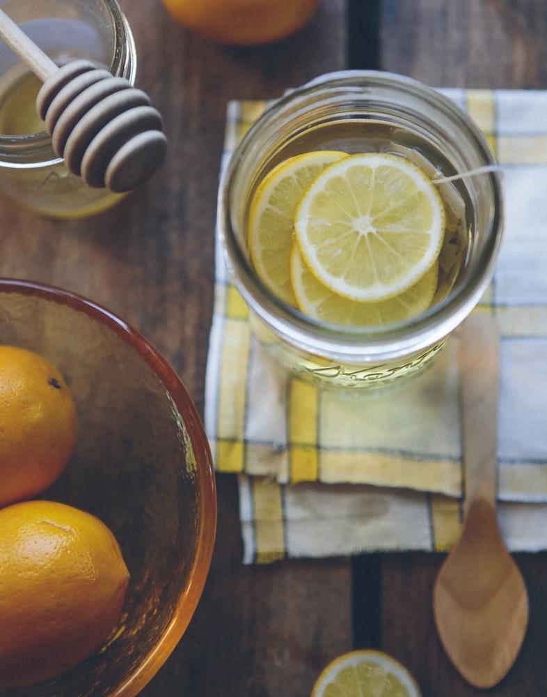 Nước chanh là một trong những thực phẩm tạo mùi thơm cho cơ thể hiệu quả.