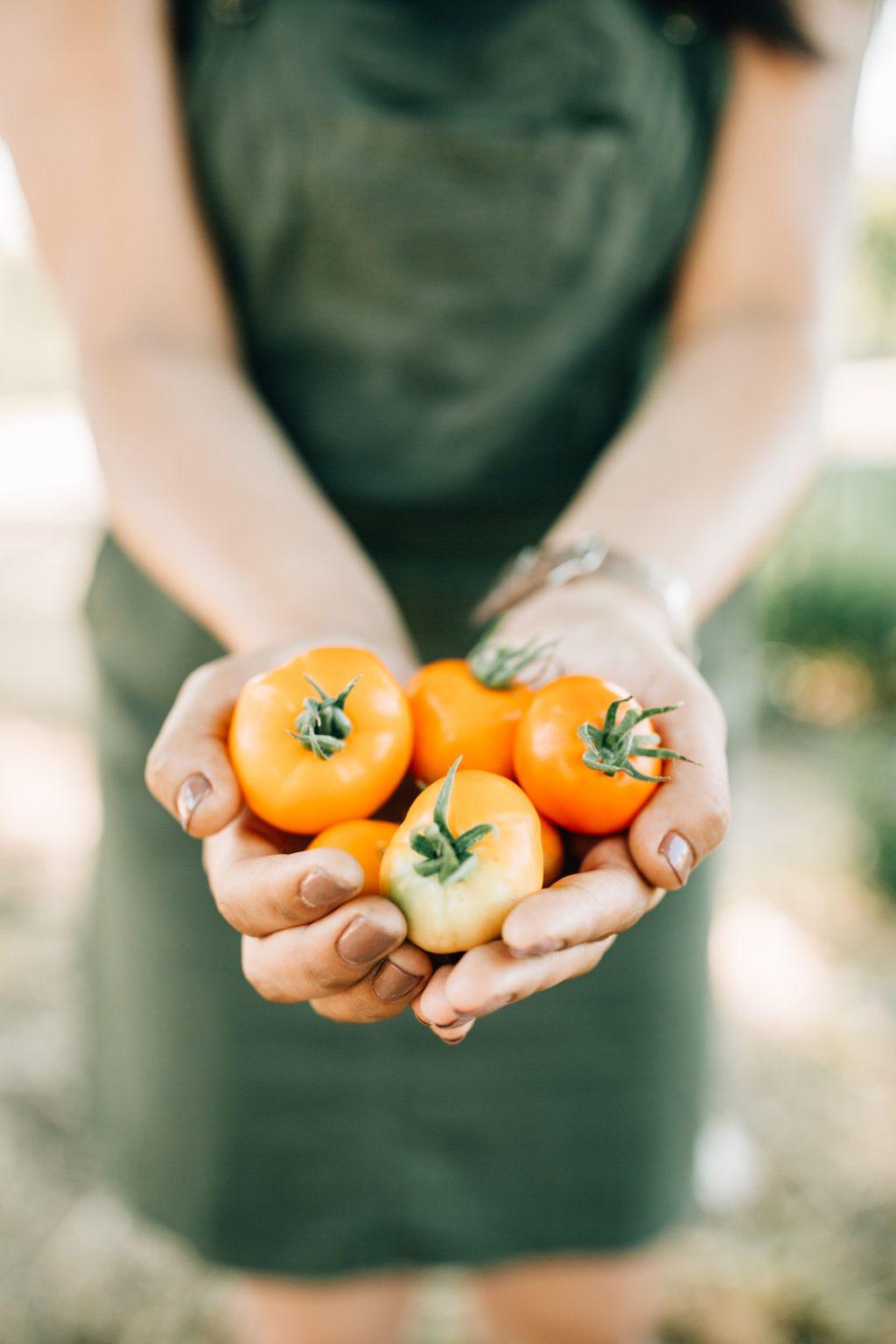 cô gái hạnh phúc cầm cà chua