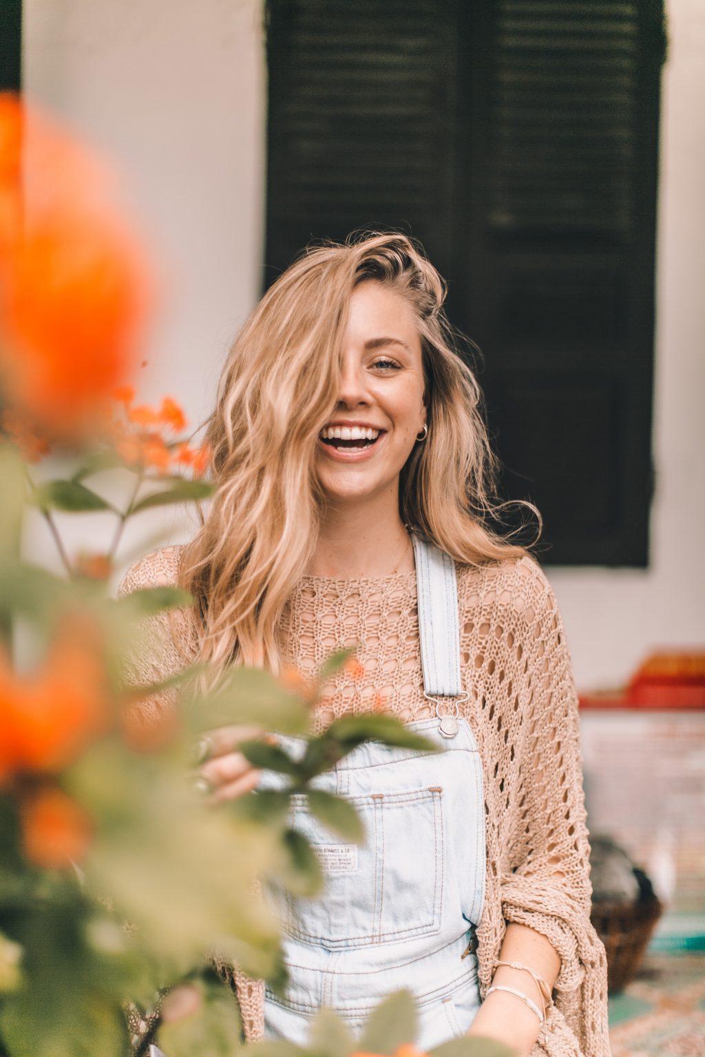 cô gái cười tươi hoa vàng