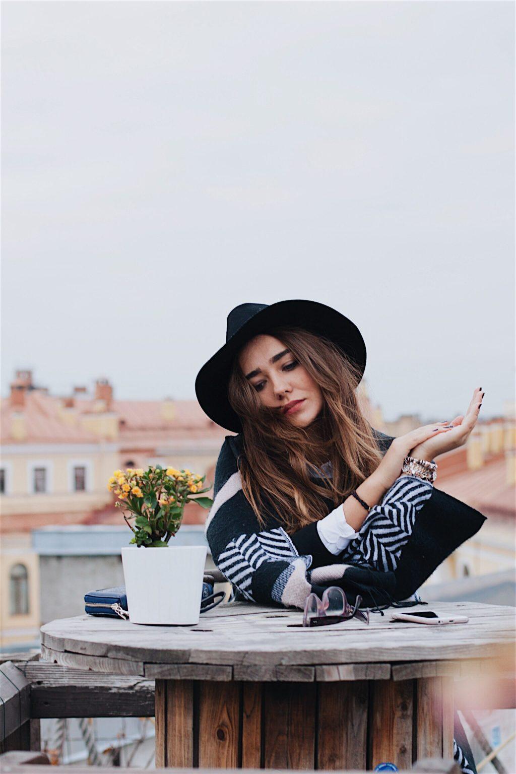 cô gái ngồi cà phê