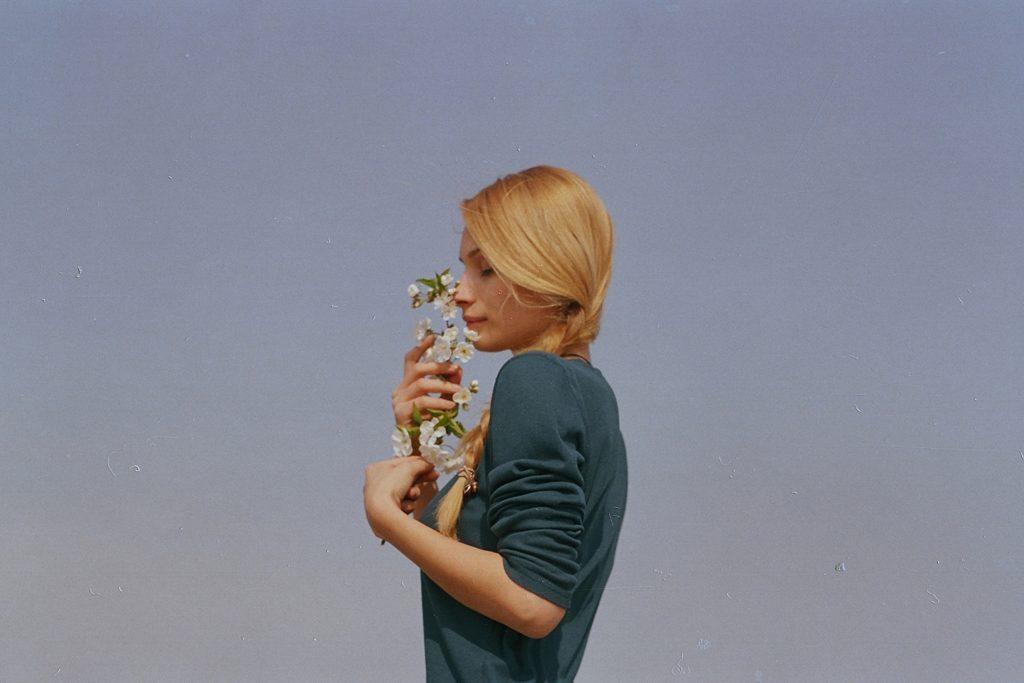 cô gái ôm nhánh hoa hạnh phúc