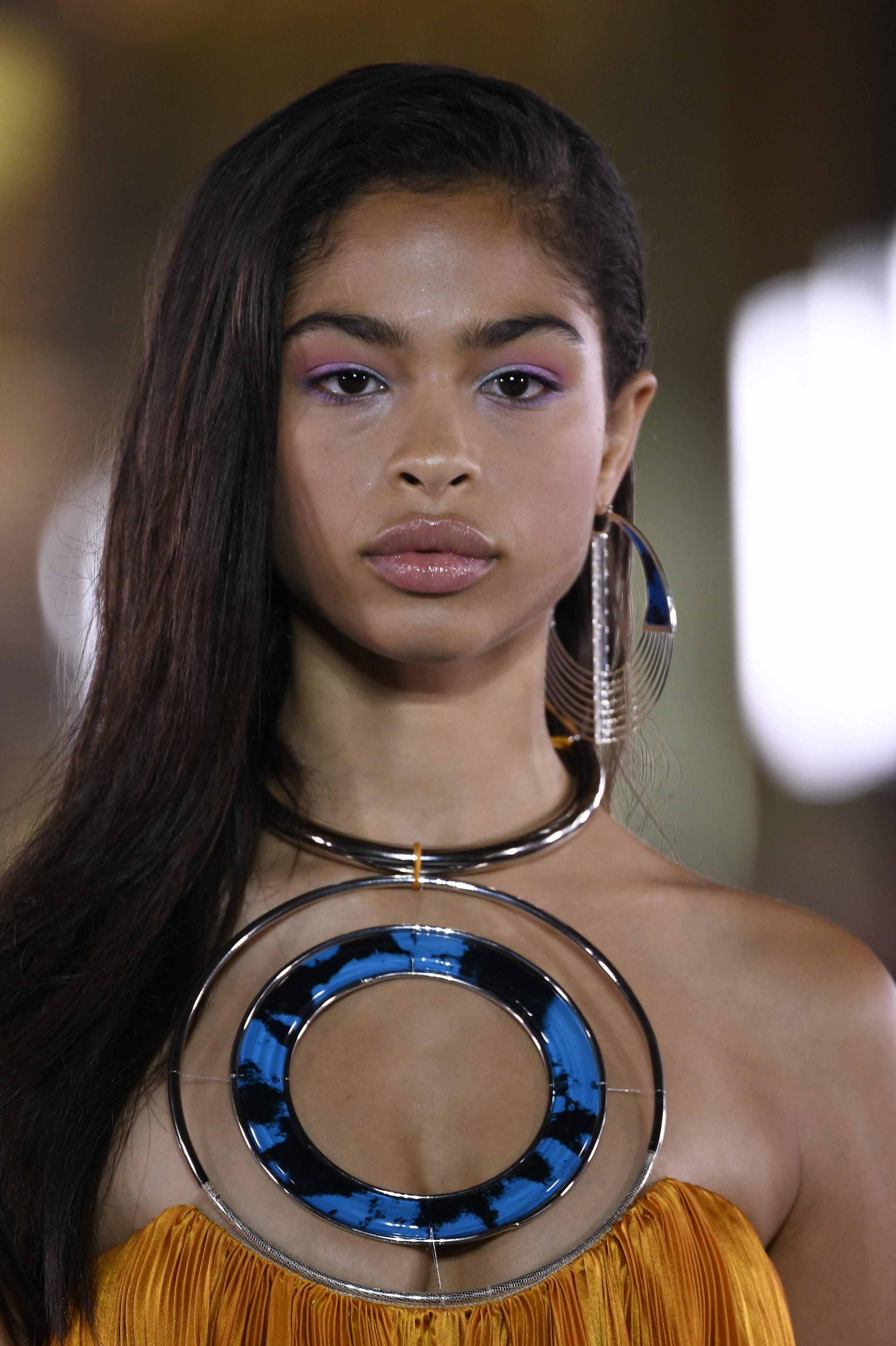 Trang điểm mắt-Cô gái đeo vòng tròn ở cổ.
