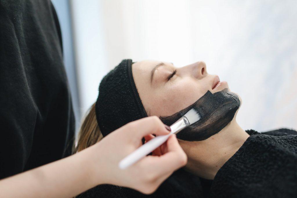 Bạn có thể dùng mặt nạ đất sét khi điều trị mụn đầu đen. Ảnh: Pexels.