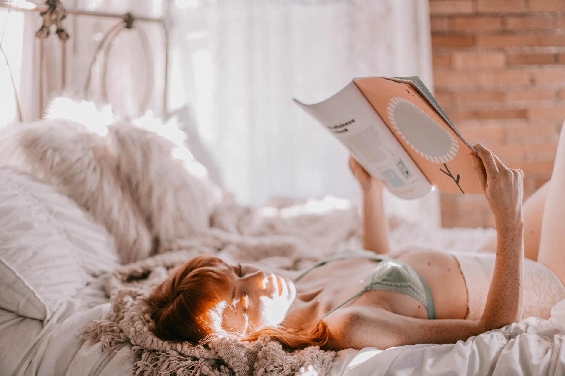 Tăng cường hệ miễn dịch-Cô gái cầm sách.