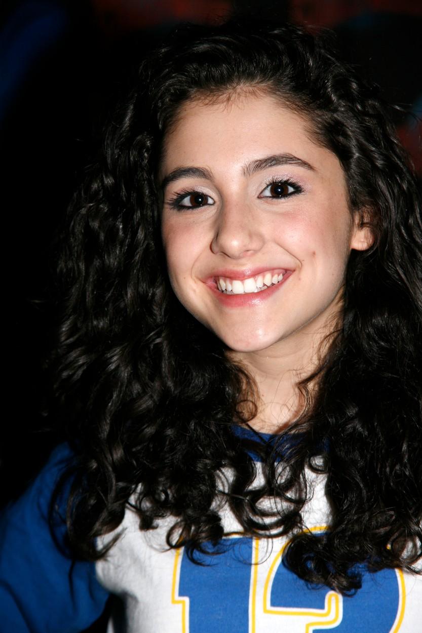 Những kiểu tóc của Ariana Grande-Ariana để tóc xoăn đen.