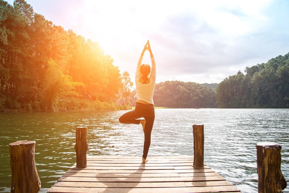 Bí quyết sống khỏe-Cô gái tập thể dục.