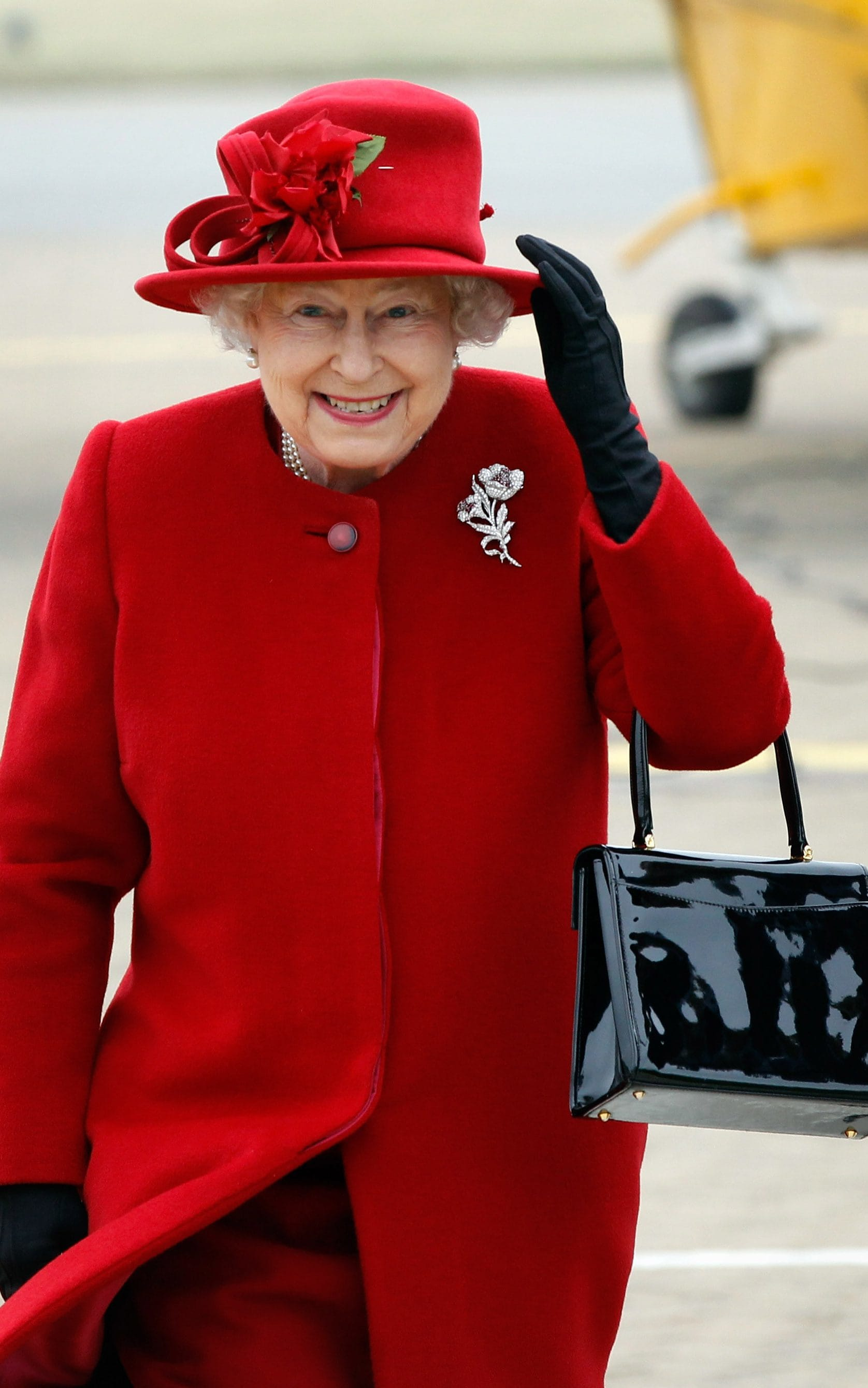 nữ hoàng elizabeth trong áo choàng và mũ đỏ