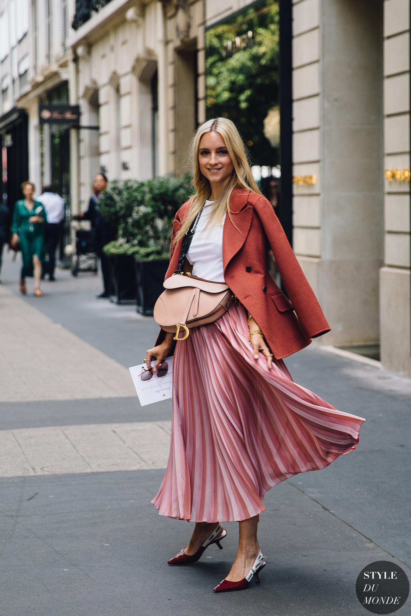 Street style xinh xắn với chân váy midi xếp ly