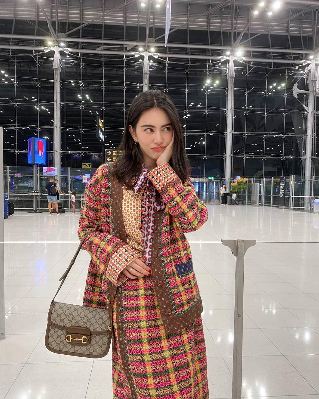 Nữ diễn viên Davika Hoorne với thời trang ấn tượng tại sân bay