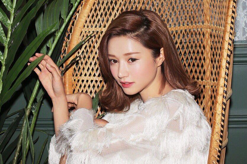 Kiểu tóc xoăn Hàn-Cô gái áo trắng.