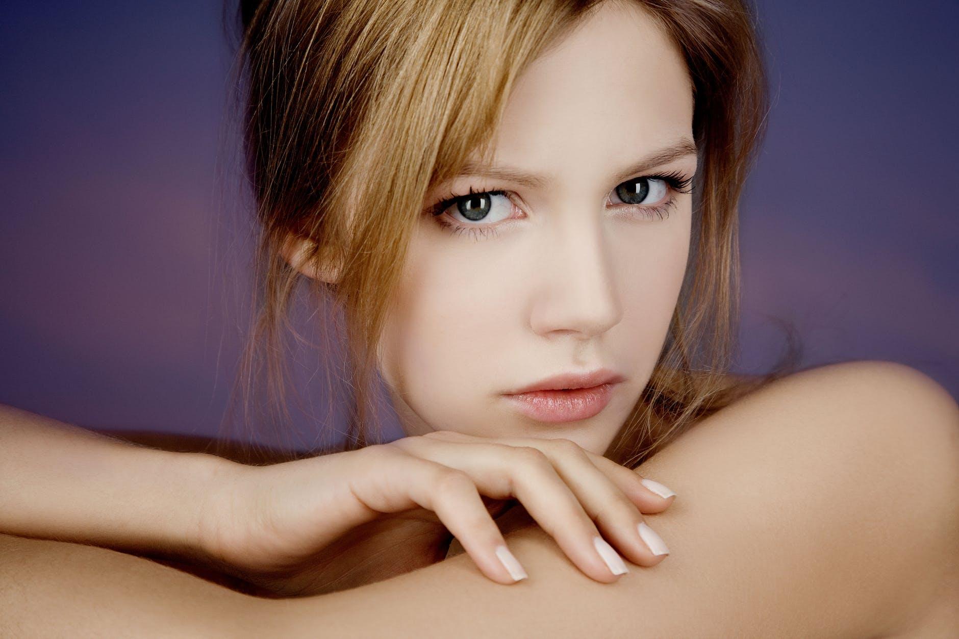 Bí quyết làm đẹp-Cô gái sơn móng tay màu trắng.