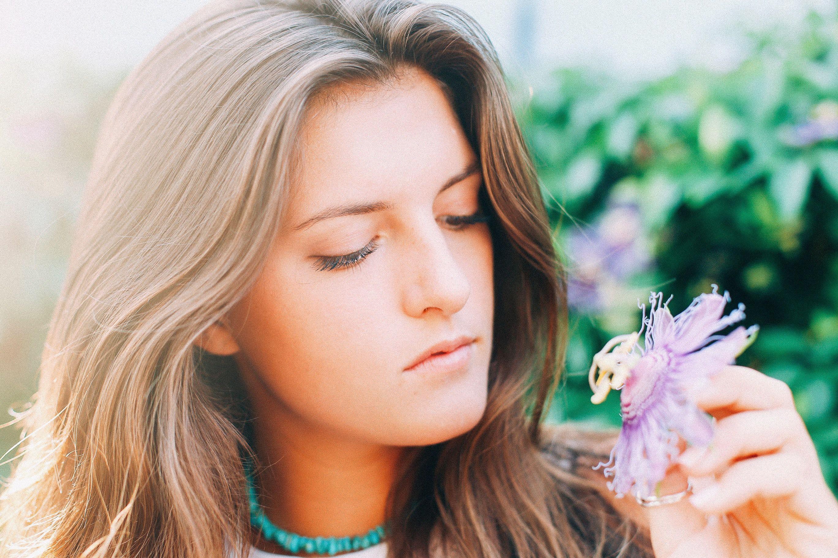 Bí quyết làm đẹp-Cô gái cầm hoa tím.
