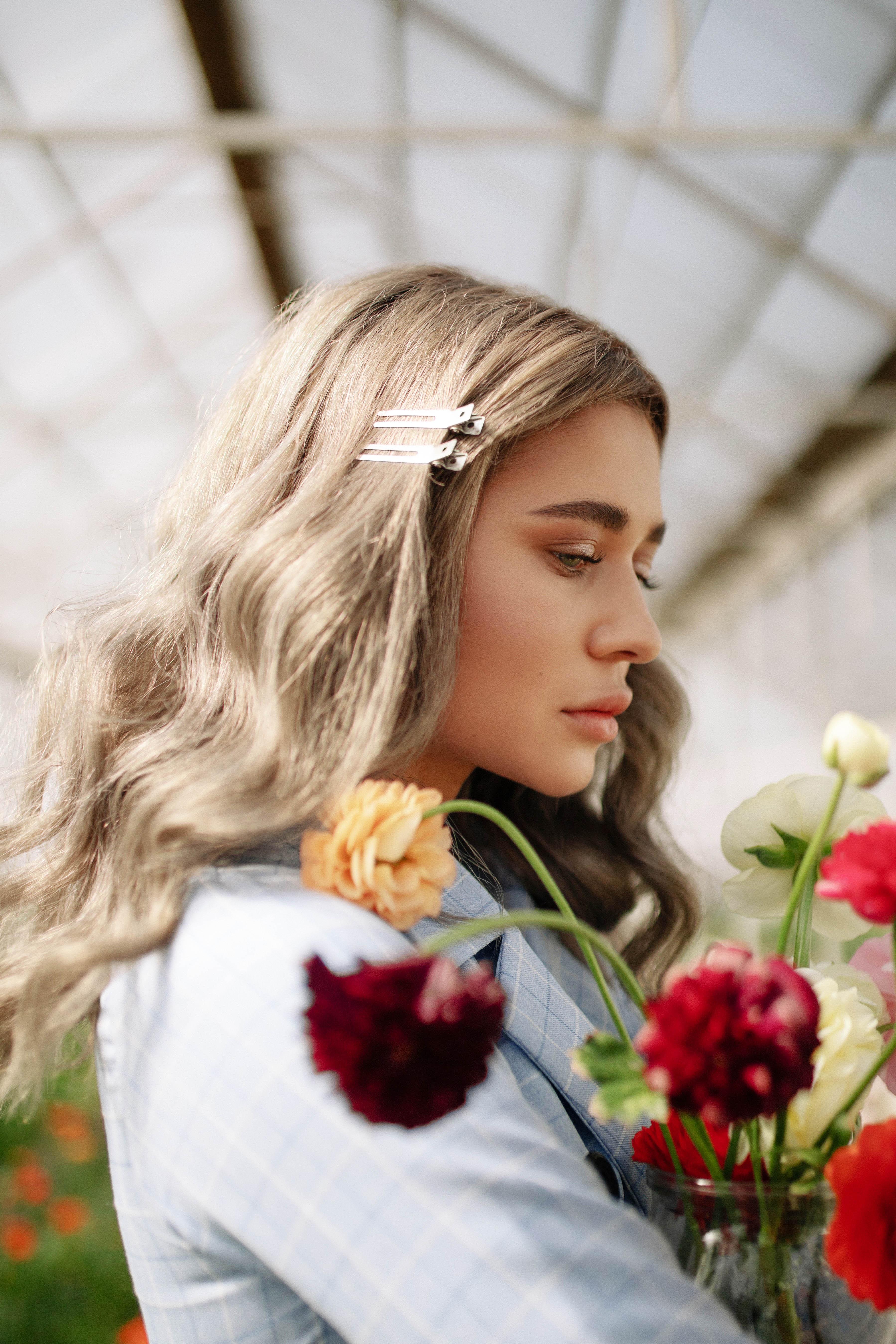 cô gái ôm bó hoa