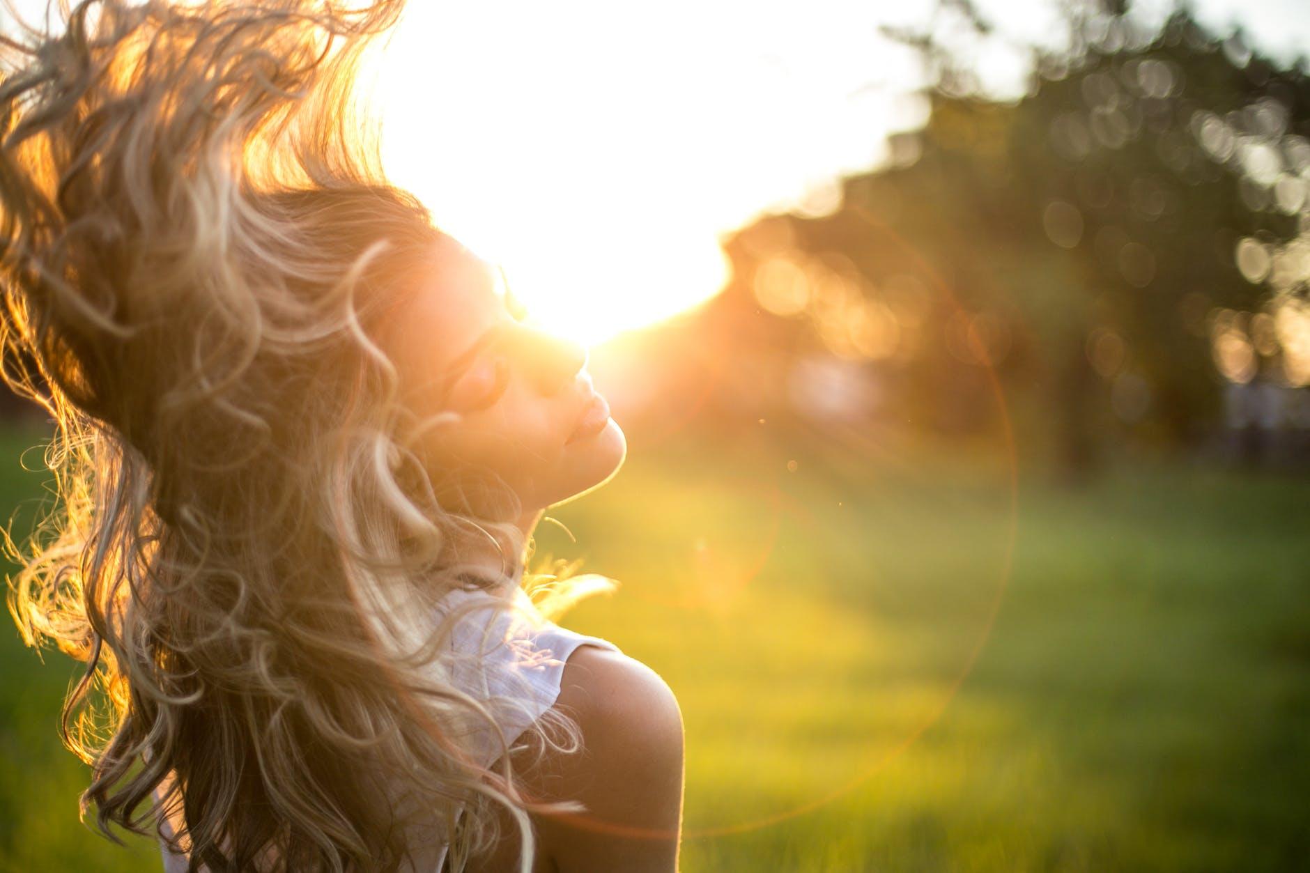 Kem chống nắng-Cô gái hất tóc.