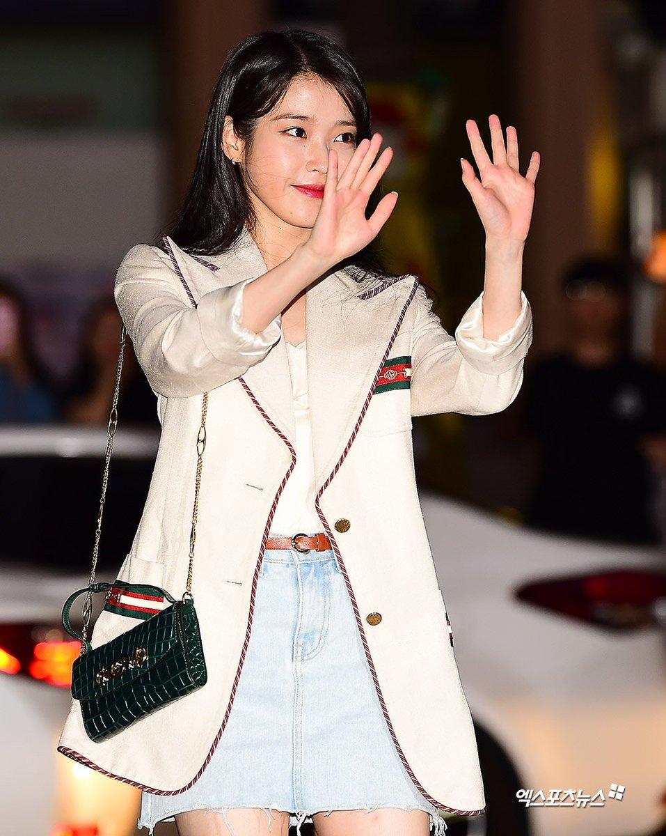 ca sĩ IU diện áo khoác và túi xách Gucci