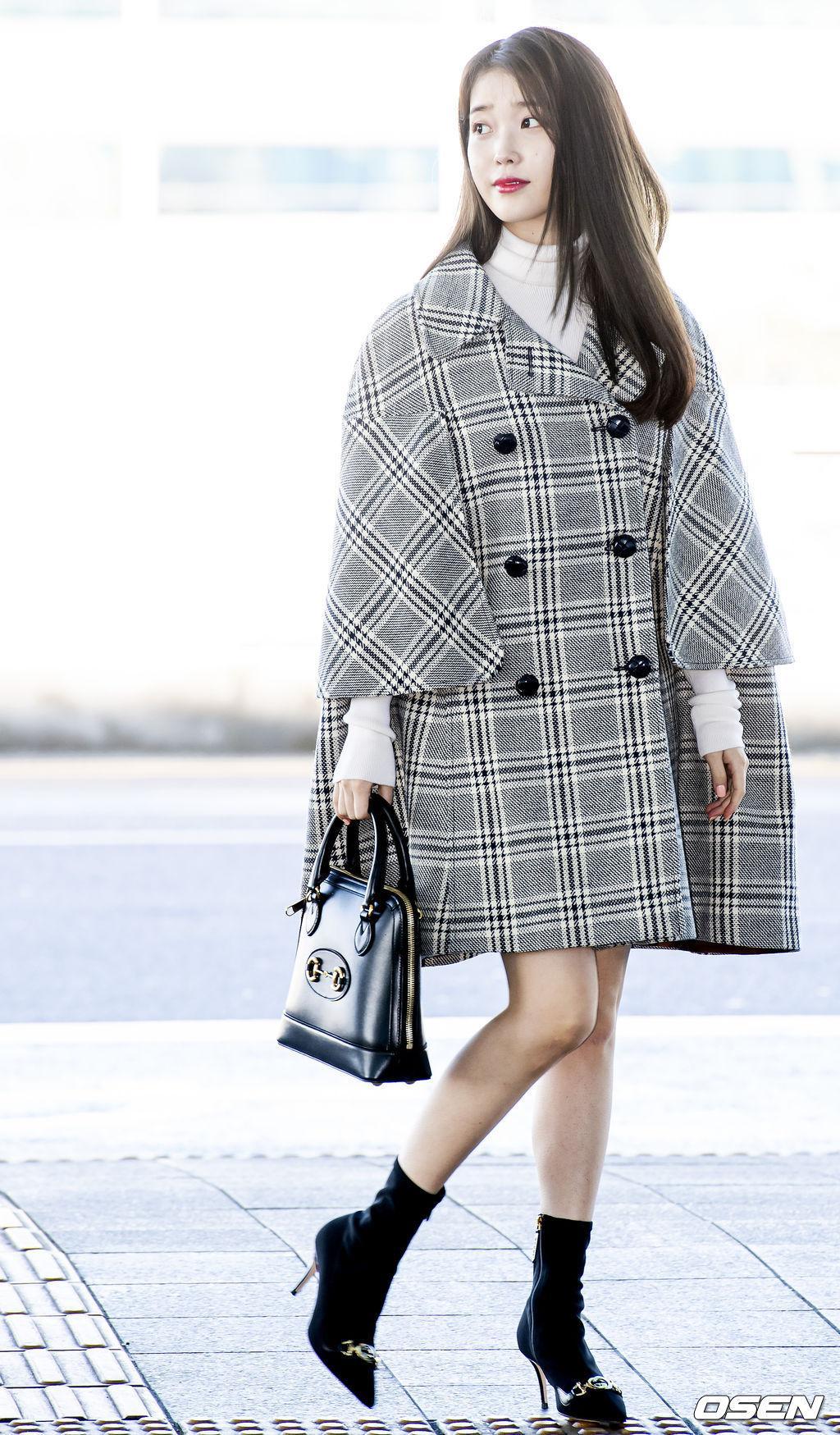 ca sĩ IU xinh xắn tại sân bay trong trang phục của Gucci