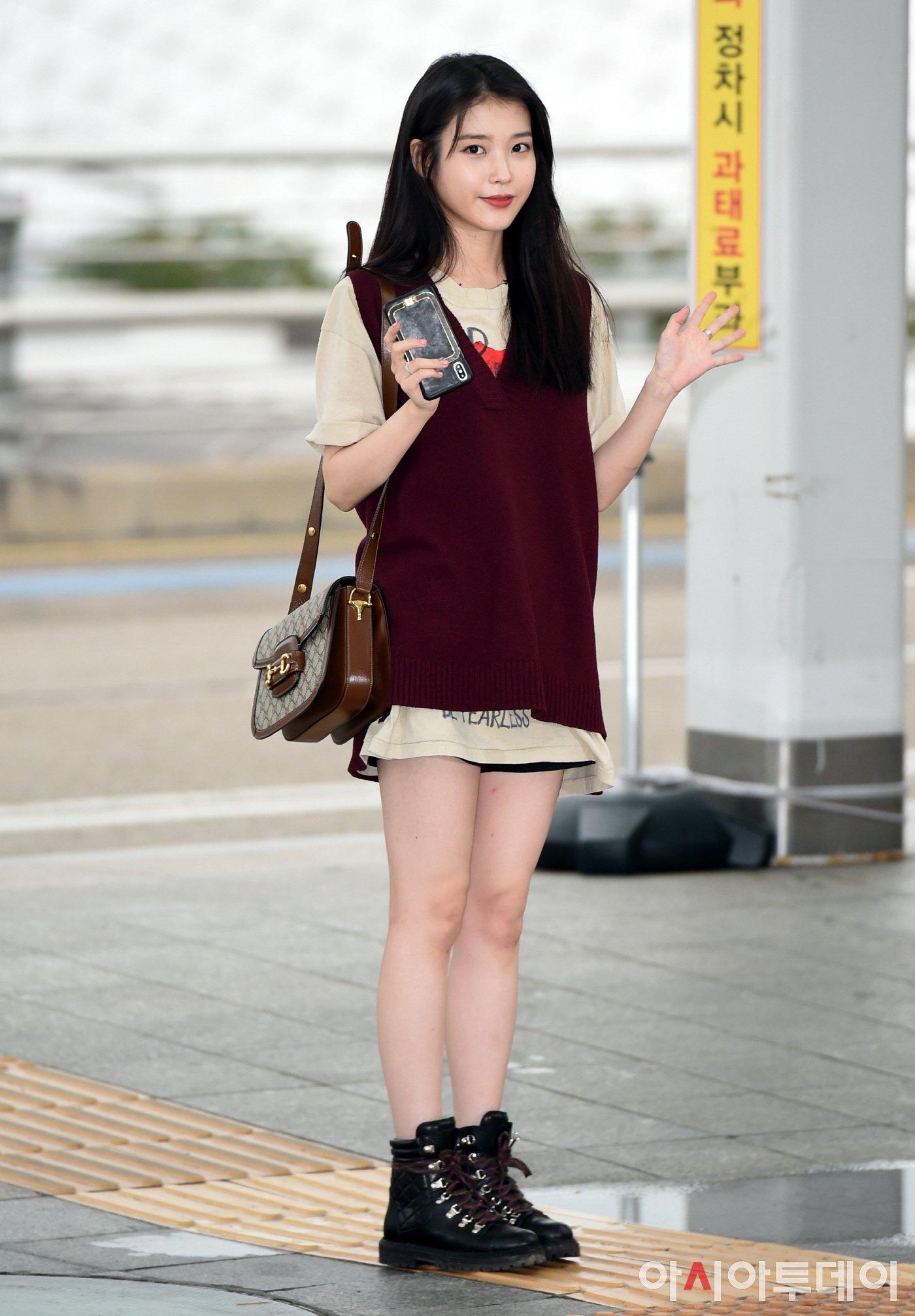 ca sĩ IU xuất hiện tại sân bay với mẫu túi horse bit của Gucci