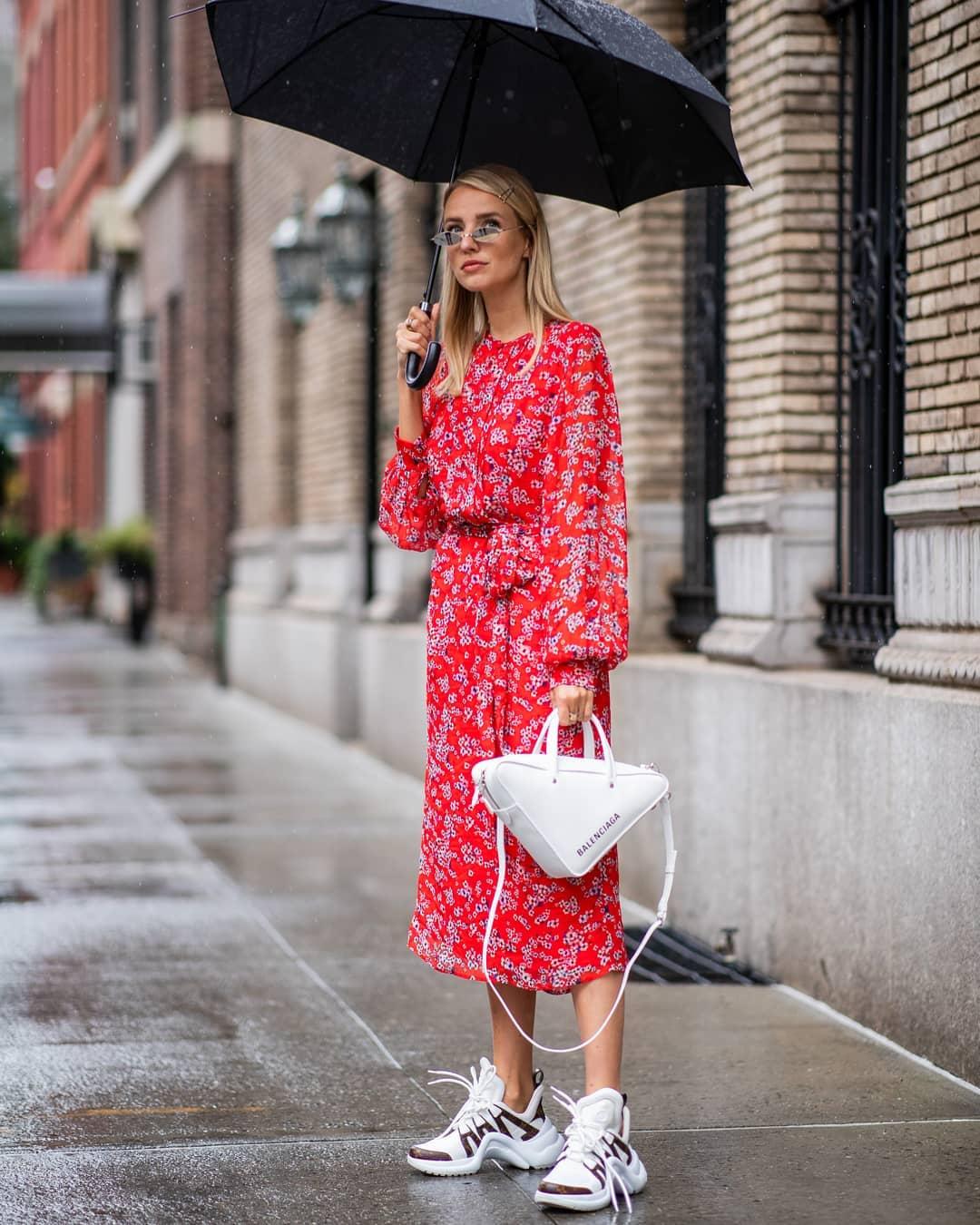Phụ kiện đơn giản kết hợp cùng trang phục tông đỏ