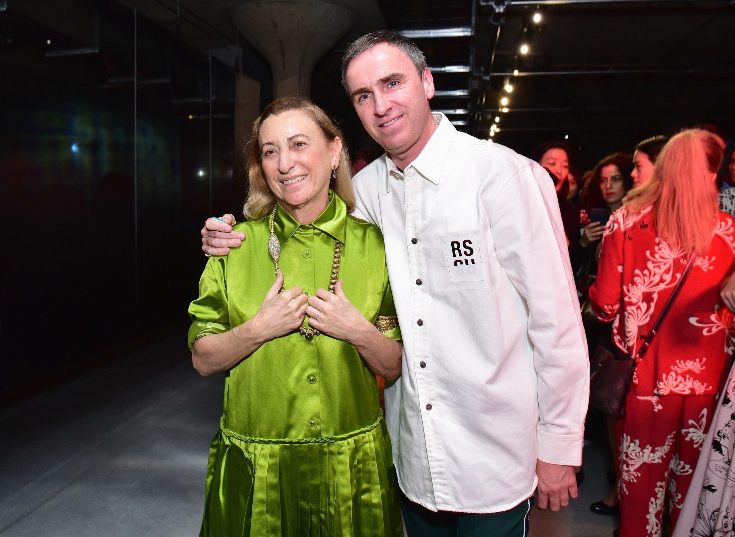 Miuccia Prada chụp ảnh bên cạnh Raf Simons