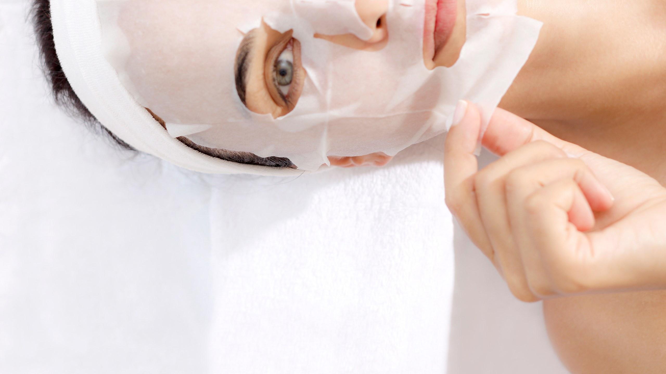 Mặt nạ giấy-Cô gái đắp mặt nạ.