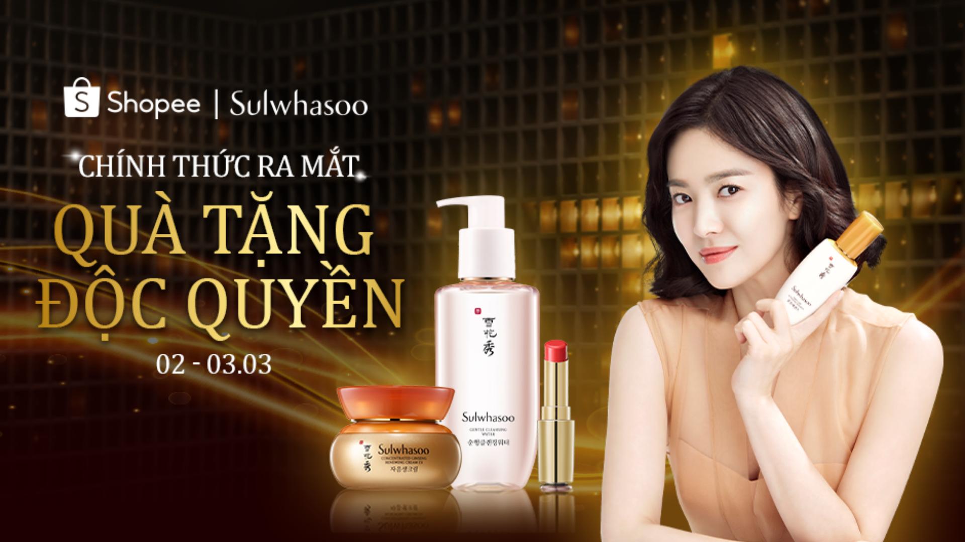 Sulwhasoo-Song Hye Kyo cầm mỹ phẩm.