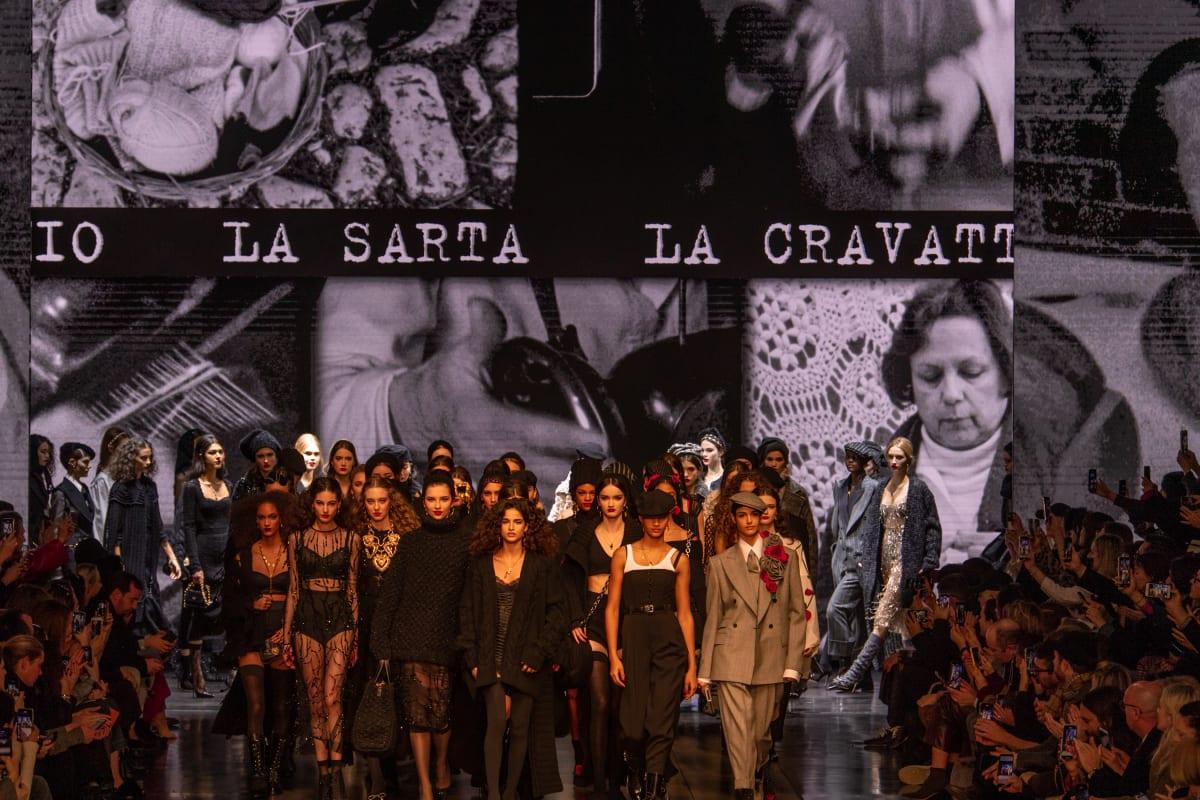 dolce & gabbana back grop sân khấu tuần lễ thời trang milan thu đông 2020