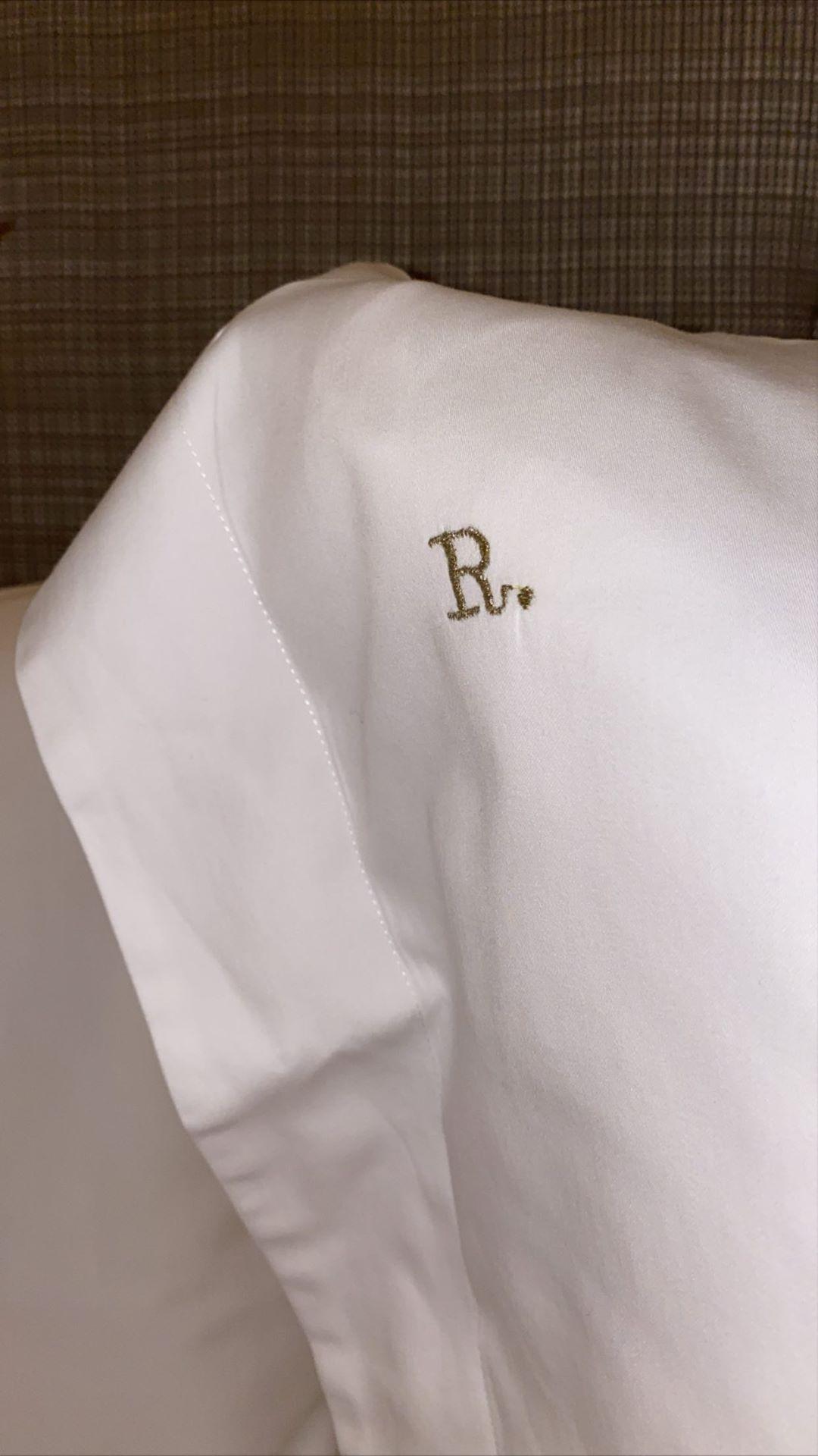 Áo sơ mi thêu chữ R của Saint Laurent dành riêng cho Rosé Blackpink