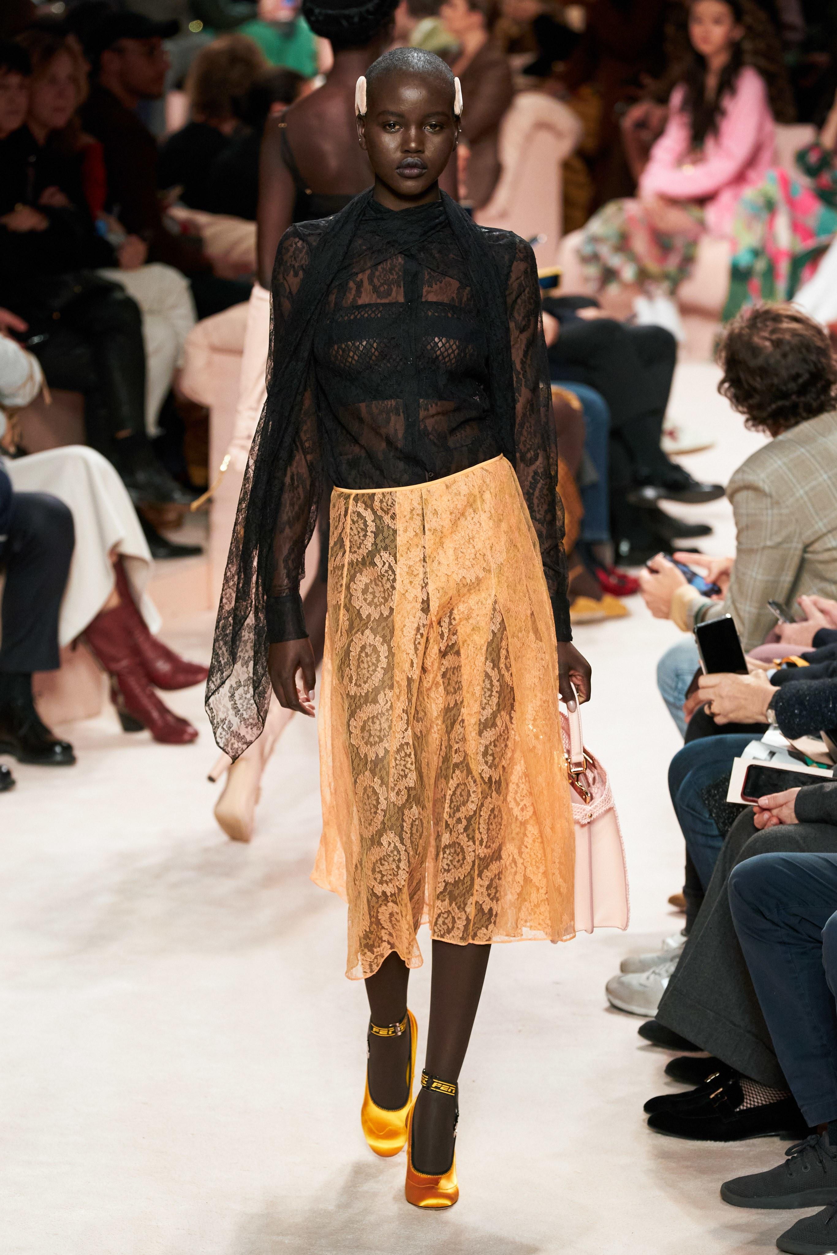 Thiết kế váy chất liệu ren xuyên thấu từ BST Thu - Đông 2020 của Fendi
