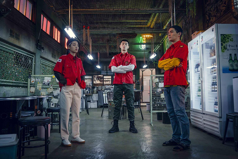 ba người đứng cạnh itaewon class