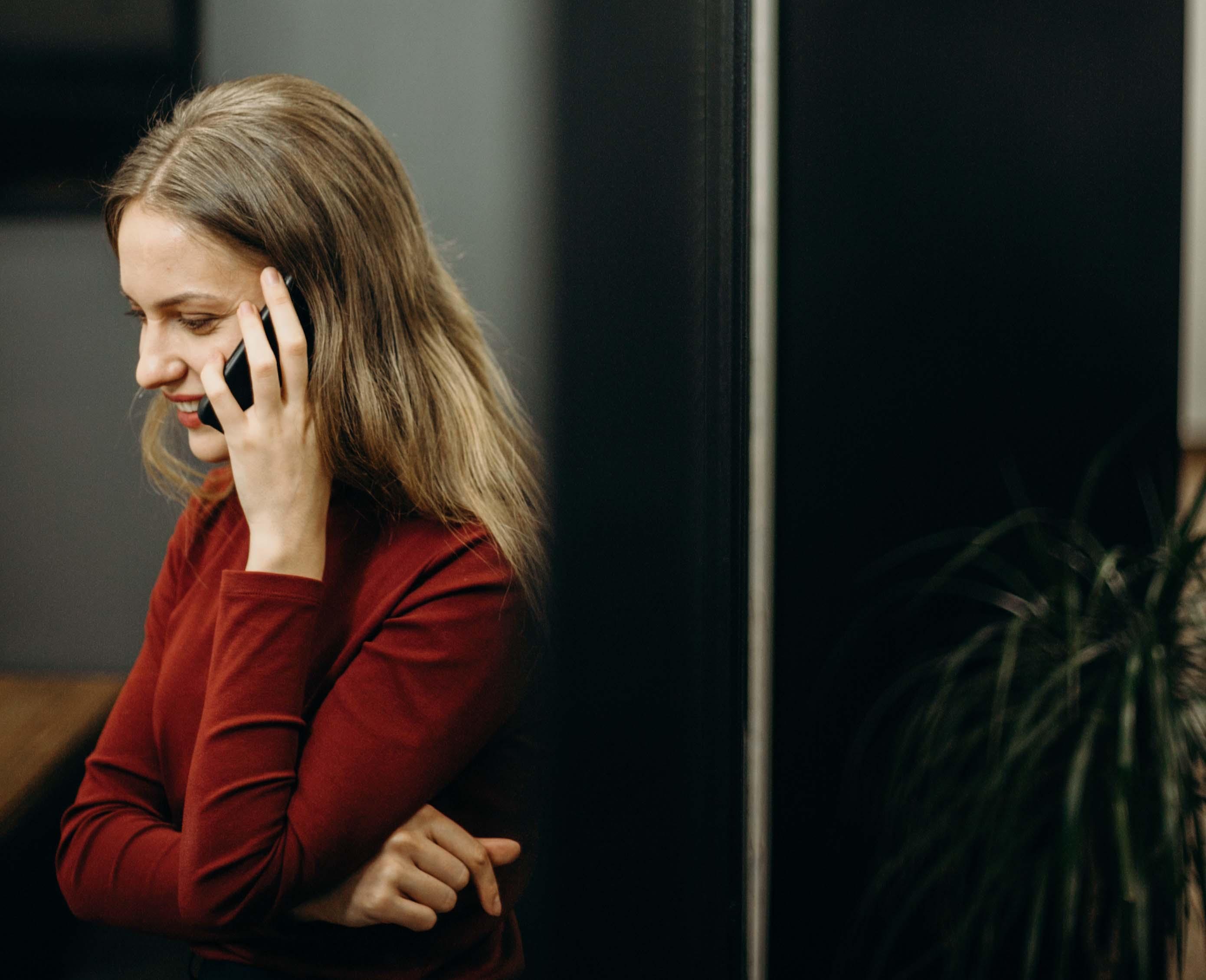 cô gái nói chuyện điện thoại